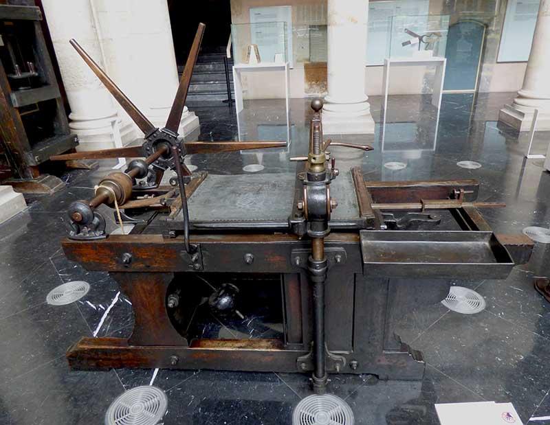 Máquina litográfica del siglo XIX en perfecto estado de uso