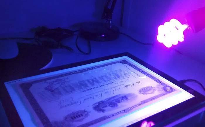 Luz UV para detección de elementos ocultos en el documento.