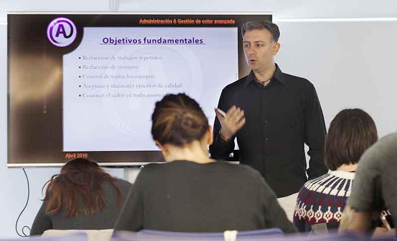 Aurelio Burgueño explicando datos sobre gestión de color en artes gráficas